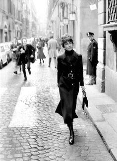 Audrey Hepburn in Rome in 1970 - if I look a third this chic at this age I'll be beyond happy Audrey Hepburn Mode, Katharine Hepburn, Look Retro, Retro Chic, 1970 Style, My Fair Lady, Madame, Old Hollywood, My Idol