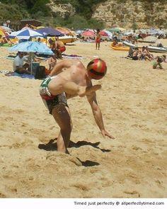 Iron man avvistato in spiaggia - Il pallone da spiaggia fa per una maschera di testa bello per il compagno di squadra.