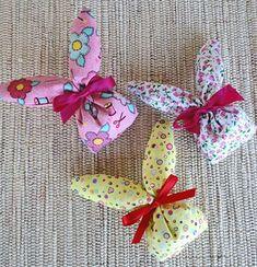 Use tecidos diferentes e crie lindos conjuntos Rabbit Crafts, Bunny Crafts, Easter Crafts, Spring Crafts, Holiday Crafts, Diy And Crafts, Crafts For Kids, Towel Crafts, Easter Table Decorations