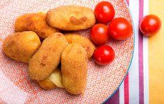 Κροκέτες πατάτας με τέσσερα τυριά | maggicooking.gr Burritos, Potatoes, Apple, Fruit, Vegetables, Cooking, Food, Party, Smothered Burritos