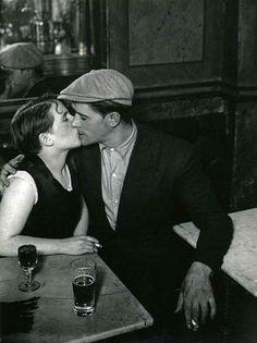 Pour l'amour de Paris BRASSAÏ (1899-1984) Couple d'amoureux dans un bistrot, rue Saint-Denis, vers 1932 © Estate Brassaï