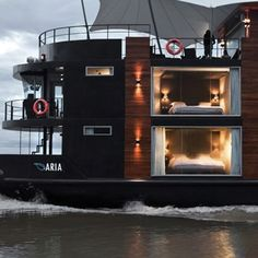 House boat hotel