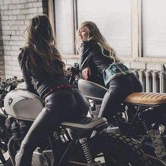 Motorvrouwen op hun caféracer motoren