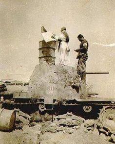 Africa del Nord, 1942. Un prete dice messa su un carro armato M13/40. North Africa, 1942. A priest celebrates mass on an M13/40 tank. Pin by Paolo Marzioli