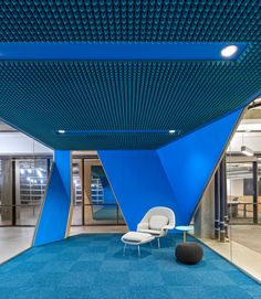 Knoll Womb Chair against bright blue quiet space at Venafi Headquarters - Salt Lake City - Office Snapshots Corporate Interior Design, Corporate Interiors, Office Interiors, Retail Design, Modern Interior, Design Corporativo, Booth Design, Blue Design, Design Ideas