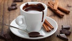 Eine heiße Schokolade bringt einigeVorteile mit sich, denn wie jeder weiß - Schokolade macht glücklich.  Das in der Schokolade enthaltene Theobromin, das mit Koffein verwandt ist, wirkt leicht stimulierend und erhöht eure Aufmerksamkeit.  Die Flavonoide in der 99% Schokoladehaben positive Effekte auf euer Herz-Kreislaufsystem und senken aufnatürliche Weise den Blutdruck. Außerdem hilft euch das Kakaoproduktbeim Abnehmen und