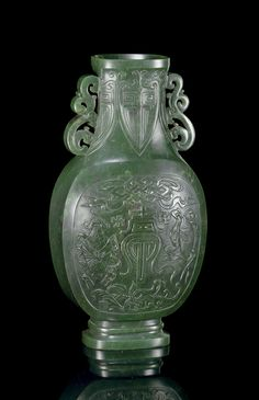 A SPINACH-GREEN JADE FLATTENED OVOID VASE -  18TH/19TH CENTURY. China