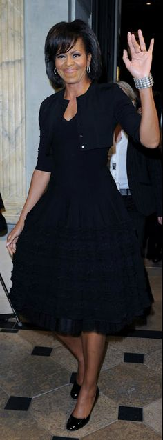 First Lady Michelle Obama wearing Azzedine Alaia. Love the cropped cardi, showing off her mega pear shape. Lx