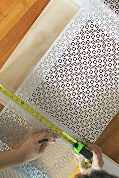 How to Build a Radiator Cover This easy DIY tutorial shows you how to make a radiator cover to cover those unsightly or unused radiators you might have in your home. Home Remodeling Diy, Home Renovation, Diy Radiator Cover, Radiator Ideas, Cheap Home Decor, Diy Home Decor, Home Radiators, Diy Heater, Home Decoracion