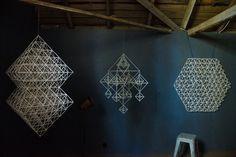 """Eija Koski i byn Martois, Korsholm, är """"himmelist"""" och tillverkar traditionella takmobiler i olika material. Nu deltar hon för första gången i Konstrundan och visar upp sina skapelser. Geometric Decor, Handmade Ornaments, Diy And Crafts, Table Lamp, Sculpture, Interior Design, Straws, Inspiration, Home Decor"""