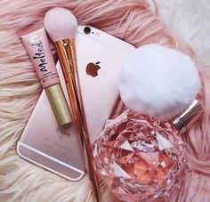 Rose Gold iPhone, Makeup Brush, Melted LipGloss, and Ariana Grande's Perfume Pink Love, Pretty In Pink, Rose Gold Aesthetic, Tout Rose, Accessoires Iphone, Just Girly Things, Pink Things, Everything Pink, Favim