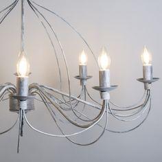 Candelabro ZERO BRANCO 8 gris envejecido Lámpara colgante muy elegante con aires clásicos. Este modelo está lleno de detalles y con unos acabados preciosos. De estilo romántico está lámpara convertirá su salón en una estancia de castillo.