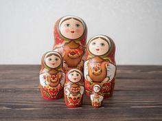 Russian matryoshka wooden nesting doll (set of 5)