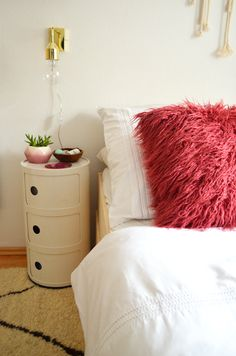 Make it boho : DIY | Minimalistisches Stauraumbett Diy Furniture For Small Spaces, Dresser As Nightstand, Bedroom, Table, Boho, Inspiration, Home Decor, Bed With Drawers, Beds