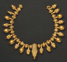AN IMPORTANT NECKLACE WITH A RAM'S HEAD PENDANT     L. 17 cm. Gold.  Greek, 5th cent. B.C.