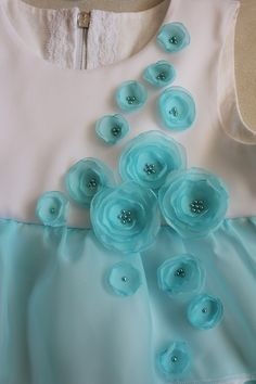 Sewing Fabric Flowers A bit of chiffon is a great way to embellish a simple dress or top Organza Flowers, Cloth Flowers, Fabric Flowers, Silk Ribbon Embroidery, Embroidery Patterns, Sewing Patterns, Blog Couture, Ribbon Work, Embroidery Fashion