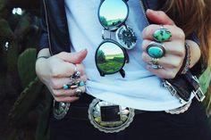 Depois da 'febre' de múltiplas pulseiras, acompanhamos (e adoramos!) o uso de muitos anéis, na mesma mão, nos mesmo dedos ou em todos! E agora, depois do último desfile de alta-costura da Chanel onde as modelos desfilaram anéis até sobre as unhas (segunda foto), a gente aposta que veremos muito mais nas ruas. Delicados ou …