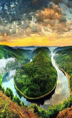 La curva del río Sarre, cerca de Mettlach, Orscholz, Saarland, en el noreste de Francia y Alemania Occidental.