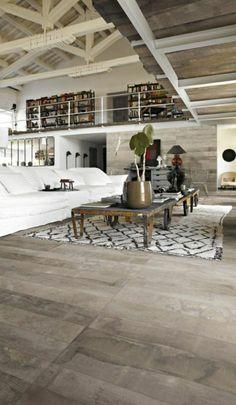 salon vaste avec canapé balnc, plafond en bois mansardé, intérieur de couleur taupe