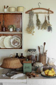 laundry room hanger and lavender - basket woven cake case Cozy Kitchen, Country Kitchen, Kitchen Decor, Country Decor, Farmhouse Decor, Deco Design, Cozy House, Cottage Style, Vintage Decor