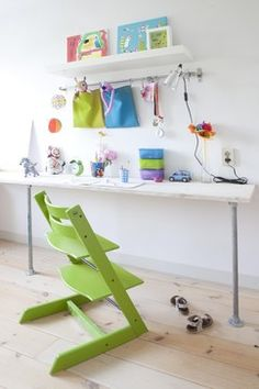 We could relocate littleone's high chair into her bedroom until she grows into her desk. Also, create a long desk with top and legs. borgman borgman Hamilton modern kids by gosto design & lifestyle Kids Desk Space, Kid Desk, Kids Workspace, Study Space, Building Furniture, Kids Furniture, Furniture Design, Bureau Simple, Simple Desk