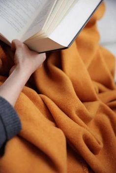 Weiche Decke aus Merinowolle. Handgefertigt in der Steiermark, Österreich. Für ein gemütliches Zuhause. Die Wolle ist atmungsaktiv, hält sehr warm. In satten Trendfarben mit abgestimmter Ziernaht. Durch ein Monogramm personalisierbar. Soft blanket made of merino wool. Handmade in Styria, Austria. For a cosy home. The wool is breathable, but keeps you very warm. In rich trend colors with matching decorative stitching. Can be personalized with a monogram. #hyggehome #cozyhome #homedecor Cosy Home, Hygge, Playing Cards, Vintage, Design, Home Decor, Living Room Inspiration, Living Room Modern, Bedroom Ideas
