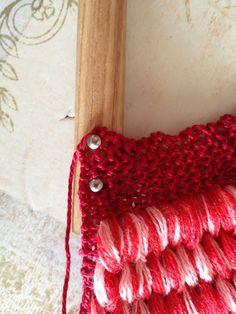 Voici une lavette bien pratique et fait à la main, donc plus résistante ! Et les fils sont de toutes les couleurs puisque c'est nous qui les choisissons ! Matériels : 2 petites aiguilles à tricoter fil de coton broche ciseau gougeon de bois de 3/8 pouce... Ravelry, Voici, Things To Do, Wool, Knitting, Hair Styles, Facebook, Learn How To Knit, Things To Doodle