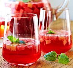 Siiderisangria sopii juomaksi grillijuhliin. 1. Jäähdytä kaikki juomat kylmiksi. 2. Kaada juomat isoon kannuun ja sekoita. 3. Lisää melonikuut… Non Alcoholic Drinks, Cocktail Drinks, Cocktails, How To Make Drinks, My Cookbook, Finger Foods, Punch Bowls, Healthy Life, Smoothies