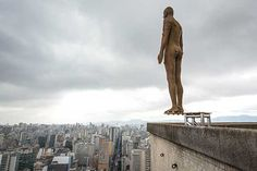 """scultura dell'artista britannico Antony Gormley sulla cima di un palazzo a Sao Paolo, in Brasile. Il titolo dell'installazione è """"Evento Horizon"""" e comprende 31 tetti. Secondo gli organizzatori all'inizio della mostra molti passanti scambiavano le statue per potenziali suicidi. (Afp/Chiba)"""