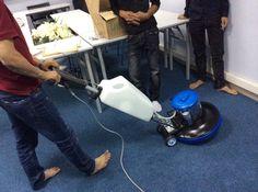Máy chà sàn HiClean HC 175 đang được sử dụng để chà sàn thảm
