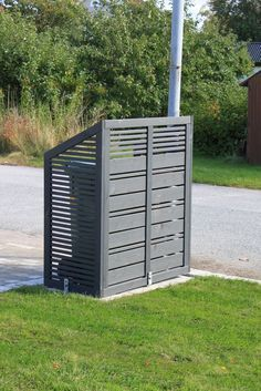 dream house: AM Dreamhouse: Gräsmatta och garage till soptunnor.