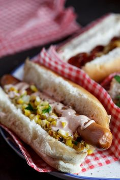 Hot dog with corn salsa & sour cream drizzle Source by alida_r Picnic Food List, Healthy Picnic Foods, Picnic Snacks, Picnic Dinner, Vegetarian Picnic, Picnic Ideas, Summer Picnic, Frozen Hashbrown Recipes, Gourmet Hot Dogs