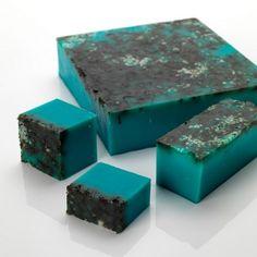 NEMO  Un savon tonifiant aux algues, au citron vert et à la lavande qui dynamise les neurones. Si vous raffolez des sirènes, des coquillages et de la plage (ou des trois), voici le savon qu'il vous faut ! Des cristaux de sel marin vous exfolieront dans un océan turquoise d'algues, de citron vert et de lavande qui réveillera votre peau. Son parfum vous transportera directement sur un rivage sablonneux. Utilisez-le en complément de la Ballistic Le Grand bleu pour une expérience marine totale.