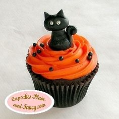 There is so much you can do with fondant!  Isn't this kitty cute?!