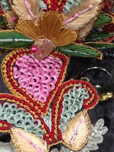 El blog de Georgina: Estamos aquí.... Diy Fabric Jewellery, Textile Jewelry, Burgundy Bag, Woven Belt, Boho Bags, Embroidered Jeans, Fashion Sewing, Projects To Try, Textiles