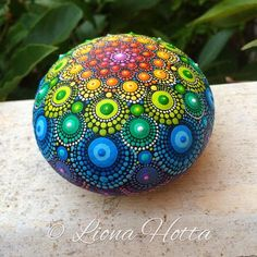 Piedra Mandala punto arte y arco iris.