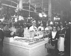 Fotografía de una presentación atractiva de Embutidos en Market Center, 10/1922