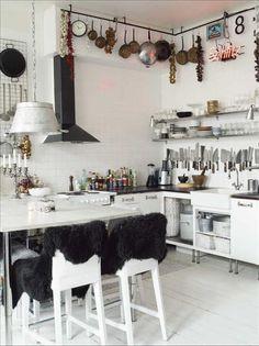 Köket andas restaurang-kök med kaklade väggar, galler och stänger för alla redskap och en extrabred...