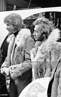 Barry Gibb and Robin Gibb of The Bee Gees visits Bee Gees Headquarters - NYC on October 1976 in New York City. Film Music Books, 70s Music, Mens Fur, Andy Gibb, Band Of Brothers, Cool Bands, Photo S, Sexy, My Love