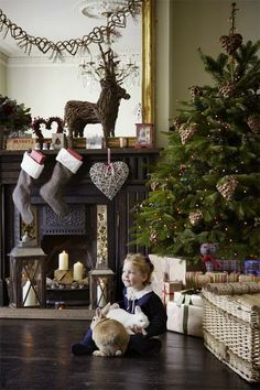 Decorating Your Christmas Tree Southern Christmas, French Christmas, Christmas Room, Noel Christmas, Christmas Colors, Natal Country, Outdoor Christmas Decorations, Holiday Decor, Christmas Fireplace Mantels
