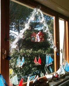 Albero sul vetro (sala Breakfast) lanterna con lumino, palline natalizie e le barche di #cosedelmare, drftwood, legni spiaggiati trasformati in barche pronte a salpare