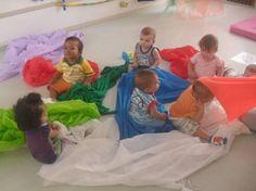 Disponibilizamos vários pedaços de tecidos para as crianças do Berçário Imanipularem e sentirem as diferentes texturas. Após brincam...