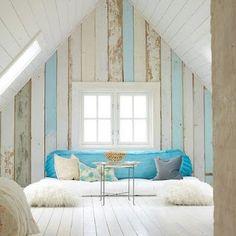 Trochę zdjęć z netu: Drewniana biała boazeria, z szerszych desek, ściany kolankowe i szczytowe wykończone na gładko, jasna/szara...
