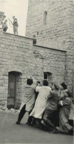 Otro momento del derribo del símbolo nazi instalado en la entrada del campo de Mauthausen, el mismo día de la liberación.