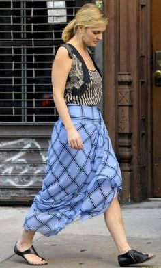 Drew Barrymore walks to the set of her upcoming film Going the Distance on Monday (August in New York City. Drew Barrymore Style, The Wedding Singer, Celebs, Celebrities, School Fashion, American Actress, Potato Sacks, Midi Skirt, Hollywood