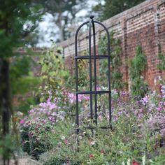 En skikkelig solid rund obelisk, som blir et blikkfang i hagen. Denne obelisken kommer fra Harrod Horticultural i England. Obelisken gir det lille spesielle til hagen din og er designet og testet for å vare i årevis. Obelisker er ofte brukt i blomsterbed a