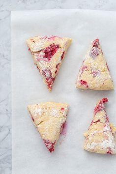 Raspberry Scones (Scones de frambuesa con glaseado de limón) | Food and Cook www.foodandcook.net