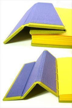 Capa com duas dobras, forrada por fora e por dentro por tecido de encadernação Papel do miolo: Color Plus 180 g/m2 amarelo Costura copta com linha de linho Tamanho: 17,3 x 15,2 cm 112 páginas