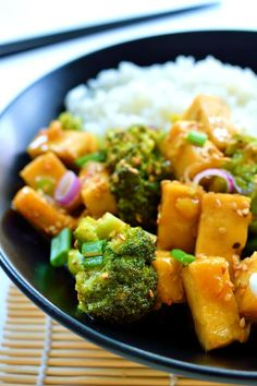Orange and ginger glazed tofu is a quick and easy weeknight meal. Crispy pan-fried tofu and fresh, crisp steamed broccoli in a sweet, ginger orange sauce. A healthy vegan/vegetarian meal. Healthy Snacks, Healthy Eating, Healthy Recipes, Clean Eating, Healthy Rice, Easy Vegetarian Dinner, Vegan Vegetarian, Dinner Healthy, Vegan Recipes Videos