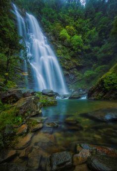 Chân thác có những hồ nhỏ có độ nông, sâu khác nhau, tạo nên bức tranh phong cảnh thiên nhiên tuyệt vời. Về mùa hè, nhiệt độ tại khu vực thác là 20 độ C, rất mát mẻ.